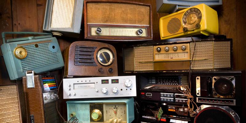 Immagine che mostra una serie di apparecchi radiofonici vecchio stile